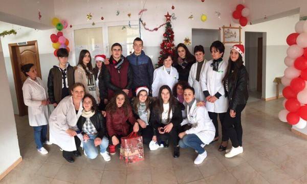 Anetare te Akademise Rinore ne Peshkopi vizitojne spitalin pediatrik te qytetit per te kaluar disa momente bashke me femijet e shtruar ne spital dhe familjare te tyre